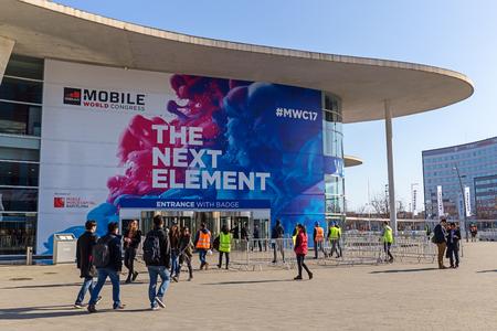 バルセロナ、スペイン 2 月 25 日: 毎年、記者、アナリスト、およびビジネスマンの数万人バルセロナのモバイル世界会議トレード ショーに出席しま 報道画像