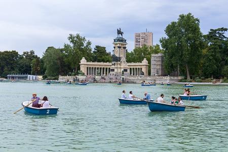 parque del buen retiro: MADRID, SPAIN - JUNE 4, 2017: Parque del Buen Retiro in Madrid. The park belonged to the Spanish Monarchy until the late 19th century, when it became a public park. Madrid, Spain on June 4, 2017 Editorial