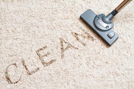 onder meer de lange beige tapijt reinigen met een stofzuiger Stockfoto