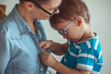 Child Todler three years asks mom to breastfeed him, prolonged breastfeeding