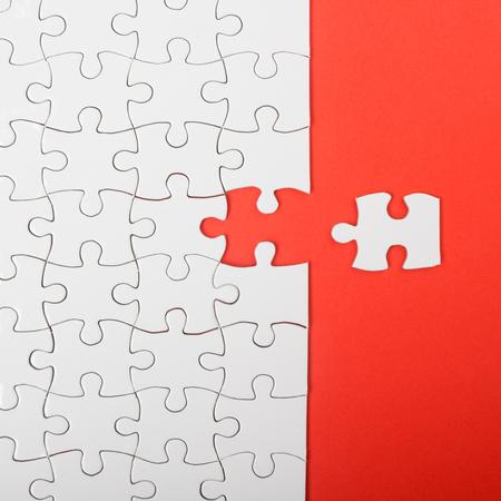 行方不明ジグソー パズルのピース。ビジネス コンセプトです。Compliting 最終的なパズル タスク 写真素材 - 49694145