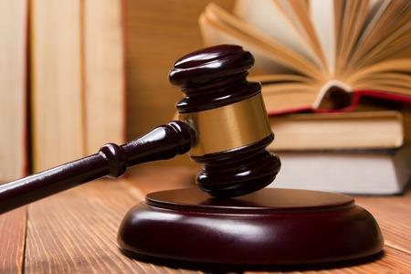 ley: Concepto de la ley - Libro de ley con los jueces martillo de madera sobre la mesa en una oficina o sala aplicaci�n de la ley
