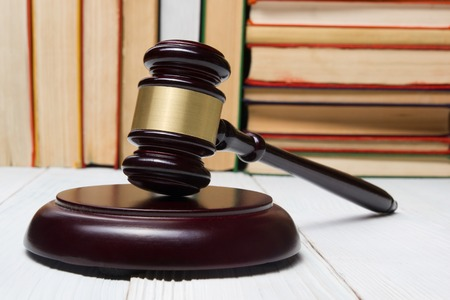 法の概念 - 法廷や法施行のオフィスでテーブルの木製裁判官小槌を持った法の本 写真素材 - 50803101