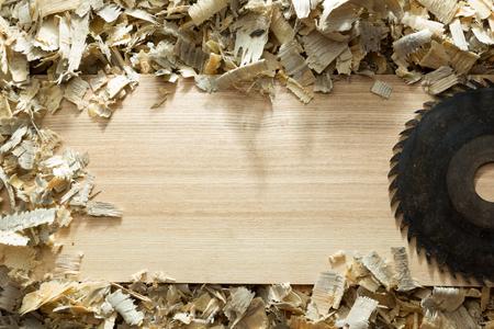 Carpenter Werkzeuge auf Holztisch mit Sägemehl. Carpenter Arbeitsplatz Draufsicht.