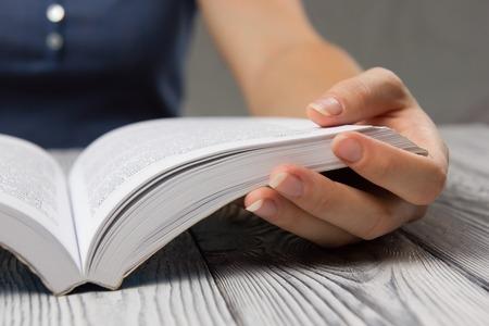 libros abiertos: libro abierto primer plano la mano para el concepto de lectura de fondo.