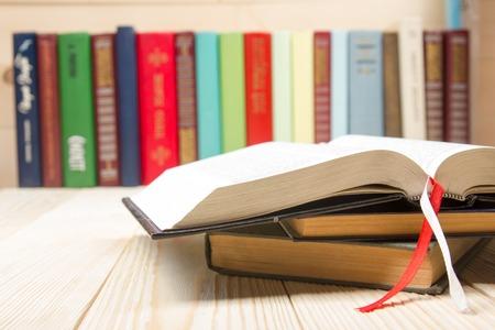 책, 나무 테이블에 두꺼운 표지의 책 책. 학교로 돌아가다. 공간을 복사합니다.