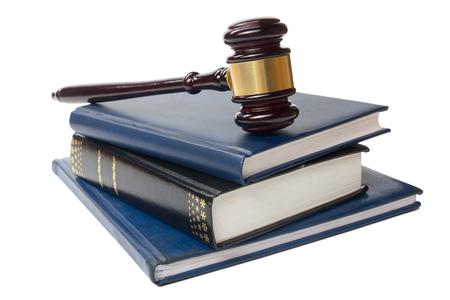 derecho penal: Concepto de la ley - Libro de ley con un mazo de los jueces madera en la mesa en una oficina o sala aplicación de la ley aislado sobre fondo blanco. Copia espacio para el texto.
