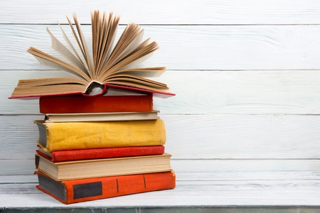 Open boek, hardcover boeken op een houten tafel. Terug naar school. Kopieer ruimte. Stockfoto
