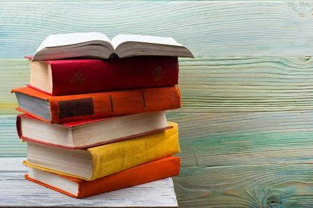 libros abiertos: libro abierto, libros de tapa dura en la mesa de madera. De vuelta a la escuela. Espacio de la copia. Foto de archivo