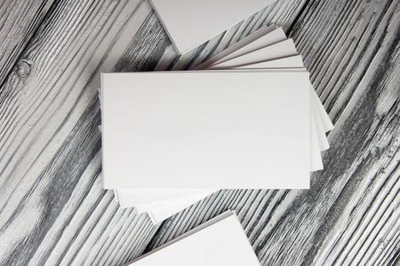 marca libros: Tarjetas de visita en blanco sobre fondo de madera. Foto de archivo