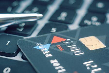 tarjeta de credito: Las tarjetas de crédito en la mesa. Negocios y finanzas fondo. Foto de archivo