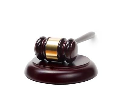 à  law: Concepto de la ley - jueces de madera martillo aislados en fondo blanco.