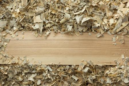 Herramientas del carpintero de mesa de madera con aserrín. Carpintero vista desde arriba del lugar de trabajo.