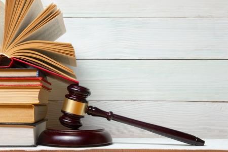 Law concept - Gesetzbuch mit einem hölzernen Richter Hammer auf dem Tisch in einem Gerichtssaal oder Strafverfolgungs Büro Standard-Bild