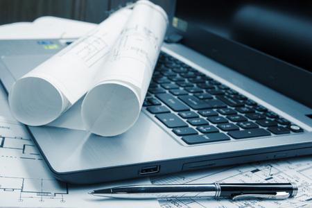 Arbeitsplatz des Architekten - Architekturprojekt, Blaupausen, Brötchen und Tablet, Stift, Teiler Kompass auf Pläne. Engineering-Tools Blick von der Spitze. Bau-Hintergrund. Kopieren Sie Platz für Text