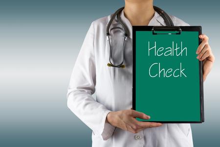 Health Check - Vrouwelijke arts de hand houden van de medische klembord en stethoscoop. Concept van de Gezondheidszorg en Medicijnen. Kopieer ruimte.