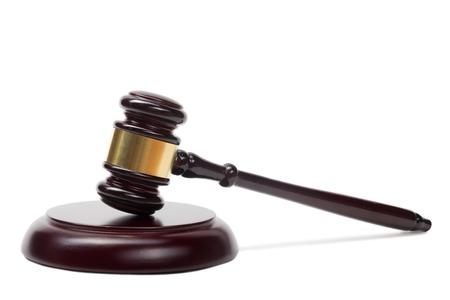 Concepto de ley - jueces de madera mazo aislado sobre fondo blanco.