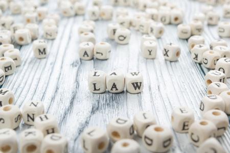 derecho penal: palabra ley escrita en el bloque de madera. ABC de madera.