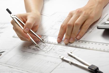 arquitecto: Arquitecto trabajando en proyecto. Arquitectos - el lugar de trabajo del proyecto de arquitectura, planos, regla, calculadora, port�tiles y comp�s divisor. Concepto de la construcci�n. herramientas de ingenier�a.