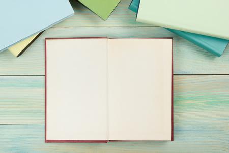 libro abierto: libro abierto con páginas en blanco sobre fondo de madera con textura. Espacio de la copia. Foto de archivo