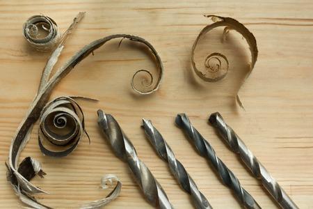 carpintero: Herramientas del carpintero de mesa de madera con aserrín. Carpintero vista desde arriba del lugar de trabajo. Foto de archivo