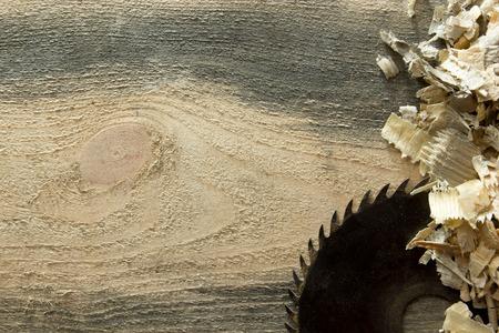 Carpenter tools op houten tafel met zaagsel. Carpenter werkplek bovenaanzicht. Stockfoto