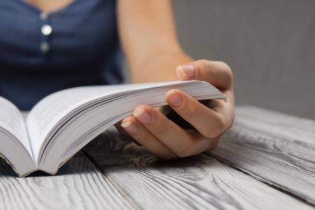 Close-up van de hand open boek om te lezen concept achtergrond.