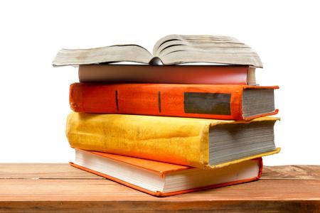 portadas de libros: libro abierto, libros de tapa dura en el estante de madera aislada sobre fondo blanco. De vuelta a la escuela. Copia espacio para el texto. Foto de archivo