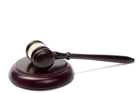 justicia: Concepto de la ley - jueces de madera martillo aislados en fondo blanco.