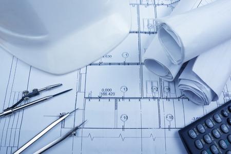 建築設計図、青写真ロール、コンパスの分周器、電卓、グラフ用紙に白い安全。エンジニア リング ツールは、上から表示します。領域をコピーします。建設の背景 写真素材 - 51813178