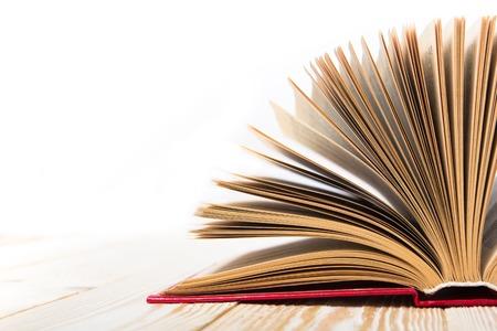 白い背景に分離された木製のテーブルに開いた本。学校に戻る領域をコピーします。 写真素材 - 51836443