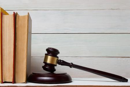 à   law: Concepto de la ley - Libro de ley con los jueces martillo de madera sobre la mesa en una oficina o sala aplicación de la ley