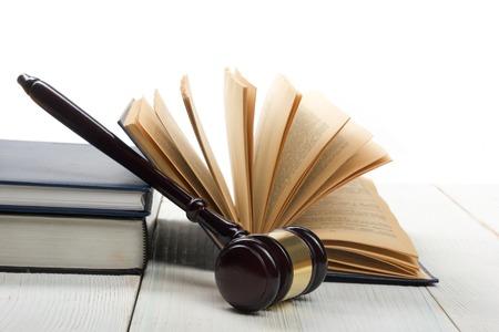 estuche: Concepto de la ley - la ley del libro abierto con un mazo de los jueces madera en la mesa en una oficina o sala aplicación de la ley aislado sobre fondo blanco. Copia espacio para el texto. Foto de archivo
