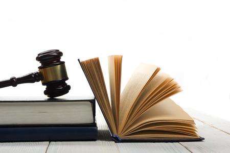 ley: Concepto de la ley - la ley del libro abierto con un mazo de los jueces madera en la mesa en una oficina o sala aplicaci�n de la ley aislado sobre fondo blanco. Copia espacio para el texto. Foto de archivo
