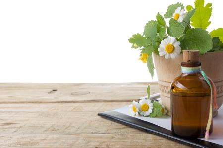 Frische Kräuter und medizinische Zwischenablage auf Holztisch. Alternative Medizin-Konzept
