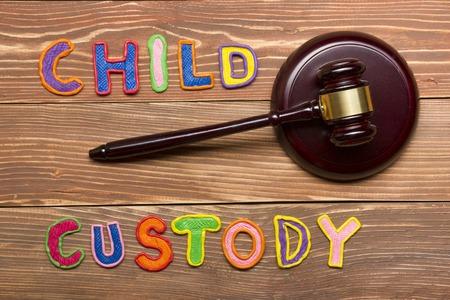 Judge gavel and colourful letters regarding child custody, family law concept Foto de archivo