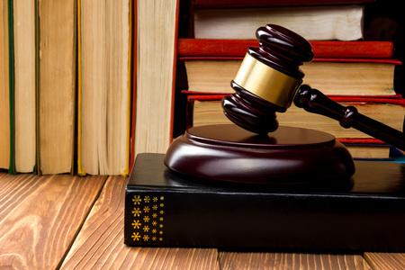 Prawo koncepcji - książka ustawa z drewnianym sędziów młotek na stole w biurze lub sali sądowej ścigania