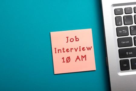 herinnering sollicitatie Interview, Geïsoleerde Rode Rubberen Stempel Op Een Effen Witte  herinnering sollicitatie