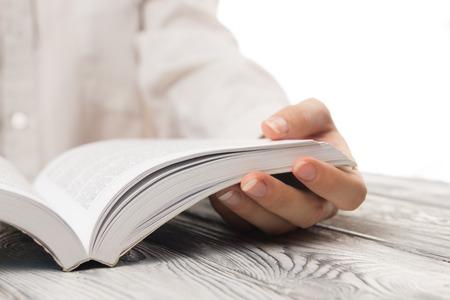 クローズ アップ手は、概念の背景を読むために本を開きます。 写真素材 - 53680616