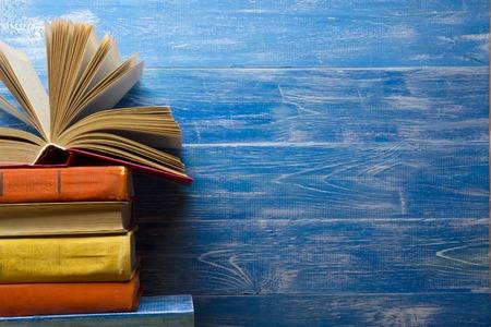 portadas de libros: libro abierto, libros de tapa dura en la mesa de madera. De vuelta a la escuela. Copia espacio para el texto.