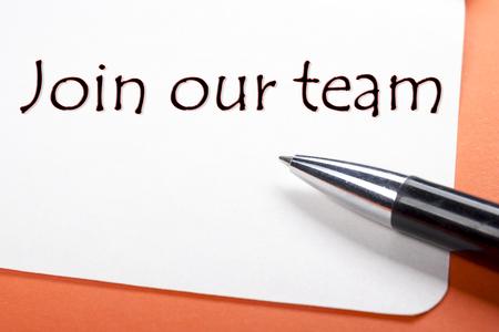 私たちのチームに参加します。オフィス デスク テーブル、メモ帳とペンします。トップ ビュー 写真素材 - 54044548