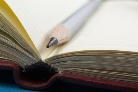Bloc-notes et un crayon macro shot. Copier espace pour le texte.