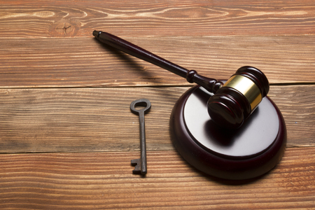 Judges Or Auctioneer Gavel, Retro Door Key On The Wood Table. Concept For Trial, Bankruptcy, Tax, Mortgage,  Auction Bidding, Foreclosure Or Inherit Real Estate. Banque d'images