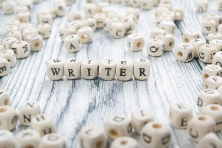 schrijver woord geschreven op houten blok. houten abc.