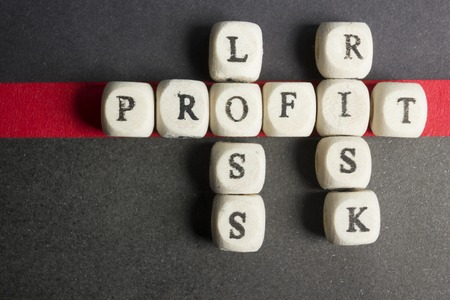 Résultat, la perte et des blocs de mots croisés du risque sur la table. Vue de dessus. Banque d'images