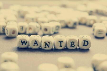 Wanted woord geschreven op houten blok. Houten Abc.