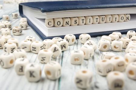 d�livrance: Constitution mot �crit bloc de bois. ABC en bois.