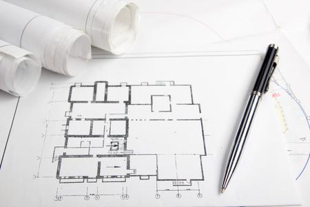 建築家 - 建築プロジェクトの職場は、青写真、ロールして、タブレット、ペン、計画に分周器コンパス。エンジニア リング ツールは、上から表示し