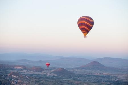 Heißluftballone über Berglandschaft in Cappadocia, Goreme Nationalpark, die Türkei.