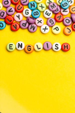 La palabra inglesa compuso de las letras de madera coloridas del bloque del alfabeto del ABC, espacio de la copia para el texto del anuncio. Concepto de educación. Foto de archivo - 91230267